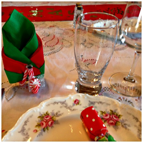 Christmas DIY Candy Can Napkin and Mint Holder. #Easycraft #Christmas #napkinholder #mint #foldingnapkins #Christmastablesetting #handmade #redandgreen #howto #howto #redandgreen #tablesetting