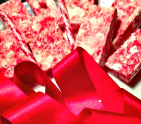 Christmas Easy DIY Soap Bars #Christmas #soap #craft #candycane #easy #DIY #soapholder #handmade.jpgb