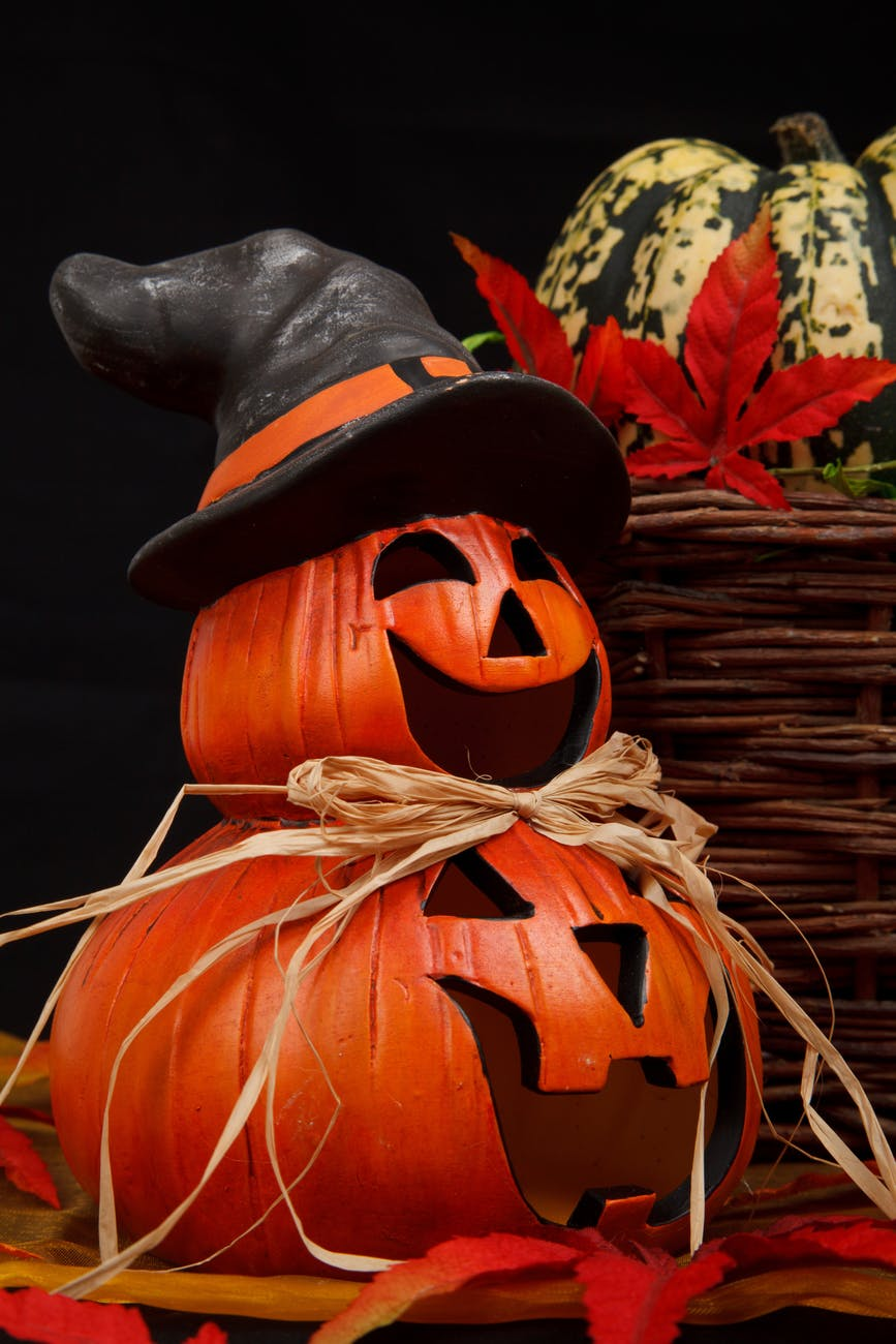 Jack-o-lantern witch 5 Fabulous & Funky Halloween Decorating Ideas #Halloween #Decor #Inspirations #DIY #Spiders #Jack-O-Lantern #spellbook #Witch #pumpkin