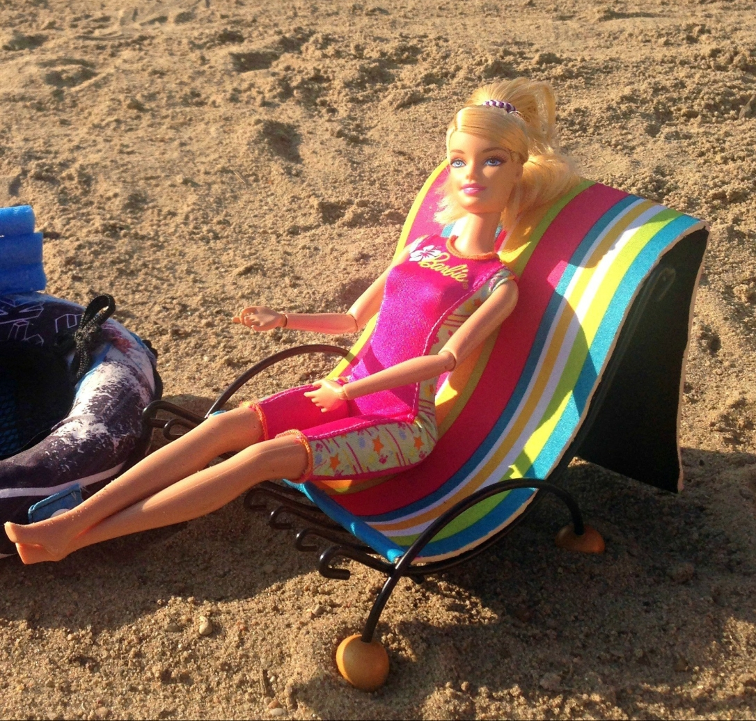 DIY Barbie Doll Beach Chair From Dish Rack and Tablet Case #barbie_doll #furniture #DIY #beach_chair #up-cycled #dolls #toys #Beach