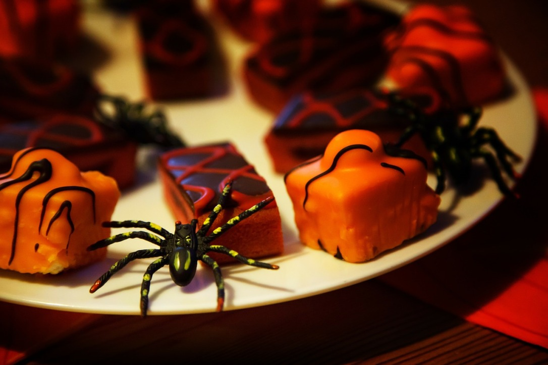 Spider on a Plate 5 Fabulous & Funky Halloween Decorating Ideas #Halloween #Decor #Inspirations #DIY #Spiders #Jack-O-Lantern #spellbook #Witch