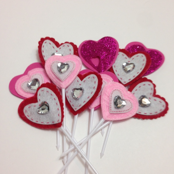 DIY Valentines Cupcake Toppers #Valentines #Upcycle #hearts#DIY #cupcakeplatter